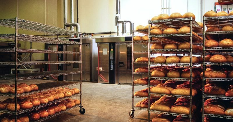 Vagnar fulla av bröd på bageriet